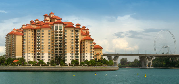 Condos_and_the_Singapore_Flyer_by_the_Kallang_River